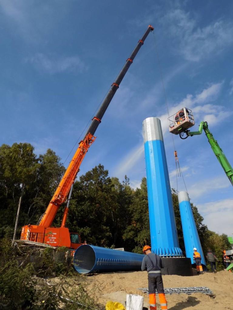 Żuraw samojezdny Demag AC120-1 oudźwigu 140 ton podczas montażu słupów energetycznych.