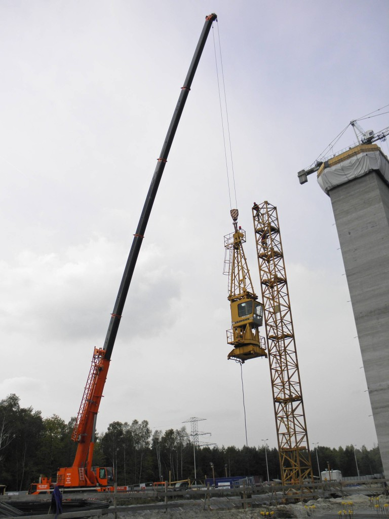 Montaż żurawia wieżowego - Żuraw samojezdny Demag AC120-1 oudźwigu 140 ton.