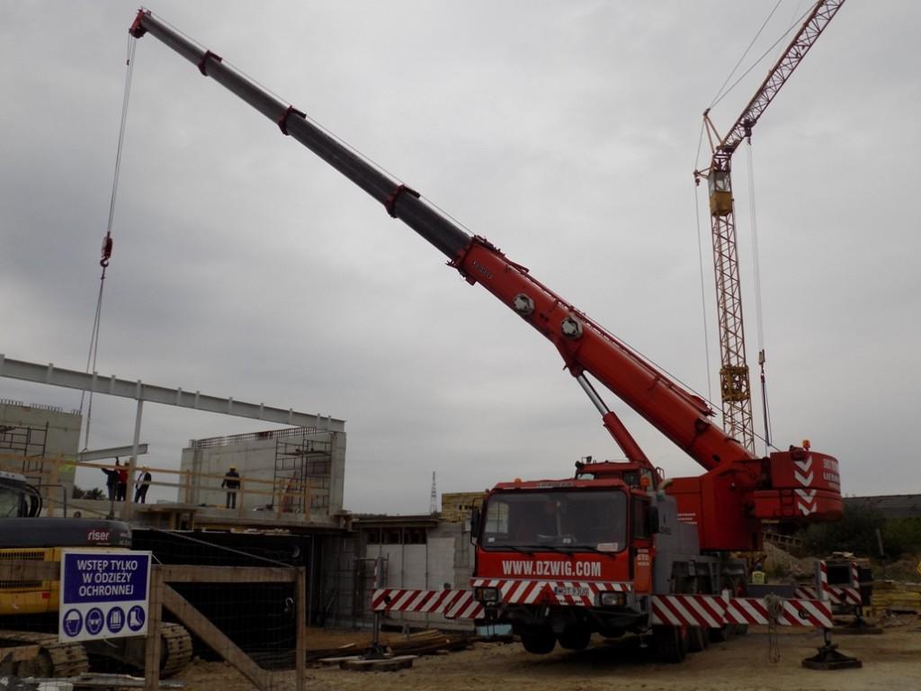 Budowa domu jednorodzinnego - żuraw samojezdny Liebherr LTM 1070/1 oudźwigu 70 ton.