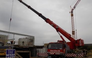 Budowa domu jednorodzinnego - żuraw samojezdny Liebherr LTM 1070/1 o udźwigu 70 ton.