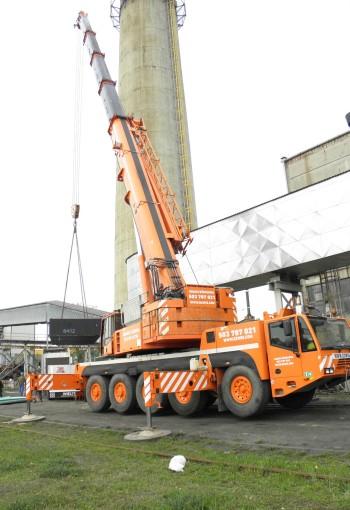 Żuraw samojezdny Demag AC 120/1 podczas montażu transformatora na terenie KWK Ziemowit w Lędzinach.