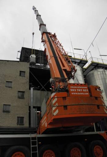 Demontaż zbiornika na terenie zakładów chemicznych - żuraw samojezdny Demag AC120-1.