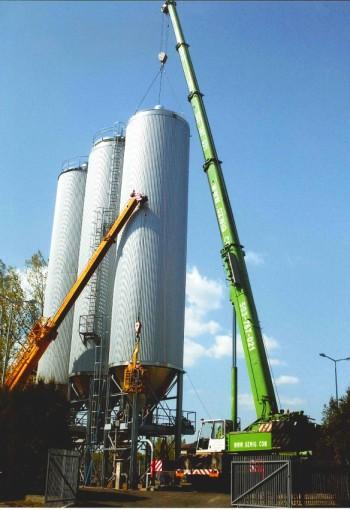 Demontaż zbiorników na terenie Browaru w Żywcu. Żuraw samojezdny Demag AC265 o udźwigu 100 ton.